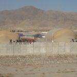 Les Opex (opérations extérieures) sont une chance pour certains et un fardeau pour d'autres… Des maintenanciers de l'Alat saluent de bon coeur l'arrivée de la relève sur l'aéroport de Kaboul, en 2012.