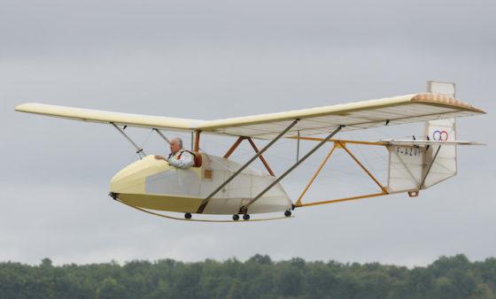 Christian Ravel, l'un des pères fondateurs du musée aéronautique d'Angers aux commandes du planeur Avia152A
