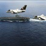 Deux appareils de la VS-22, dernière flottille embarquée équipée du Viking, font la démonstration de la capacité de ravitaillement en vol.