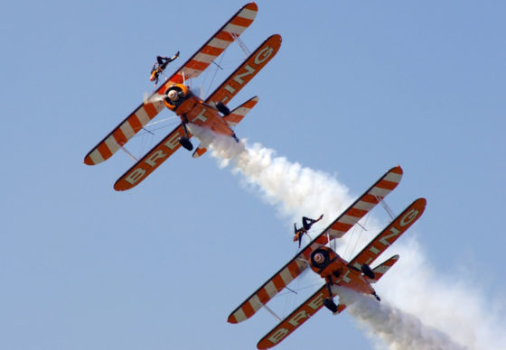 Depuis 30 ans sous différentes couleurs, Aérosuperbatics met en oeuvre ce spectacle alliant la voltige en patrouille et le wingwalking.