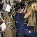 Le passage de nouveaux réseaux électriques et hydrauliques forme une part importante du travail de rénovation.