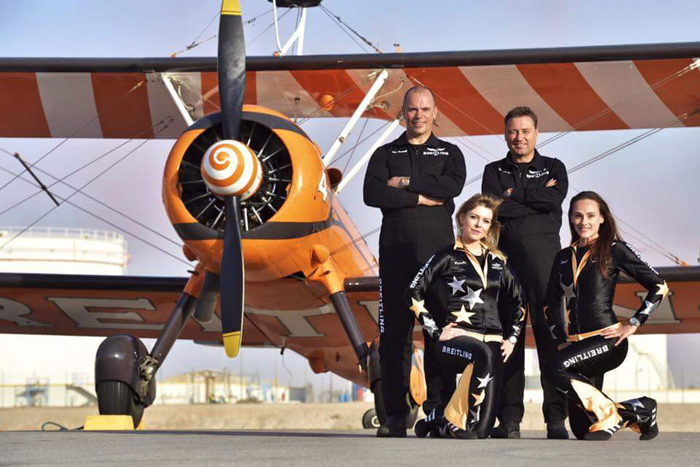 Les pilotes (de G à D) David Barell et Martyn Carrington, et les Wingwalkers Stéphanie Pansier et Sarah Tanner.