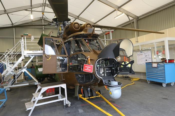 Un Cougar rénové prêt pour ses premiers essais sol. On voit bien ici l'installation de la tourelle Flir, sous le radar météo.