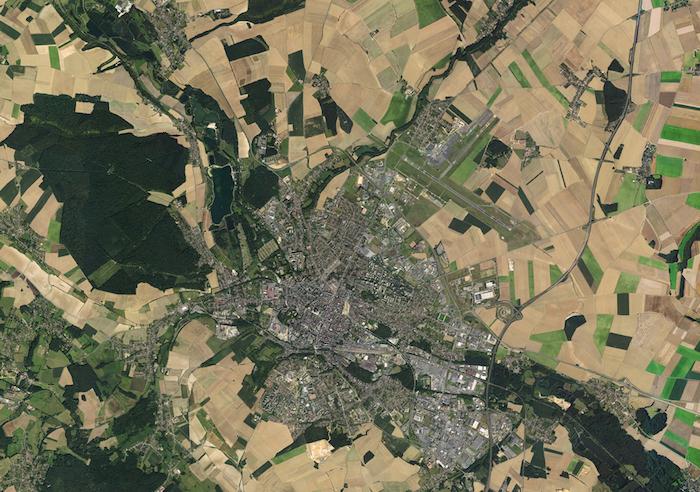 Vue aérienne de Beauvais et de son aéroport prise par l'IGN