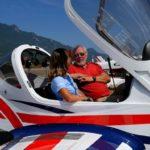 Magali Rebeaud en compagnie de Bernard Boyond, président de l'aéro-club de Savoie, créé en 1925, et présent sur l'aérodrome de Chambéry-Aix-les-Bains depuis 1949.