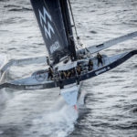 La vitesse d'évolution du drone est inférieure à celle du maxi-multicoque, d'où la nécessité d'attendre des conditions de mer spécifiques pour pouvoir filmer sans craindre de perdre l'engin volant et sa caméra