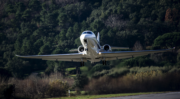 Le Citation Latitude de Cessna en courte finale à La Mole (Saint Tropez)