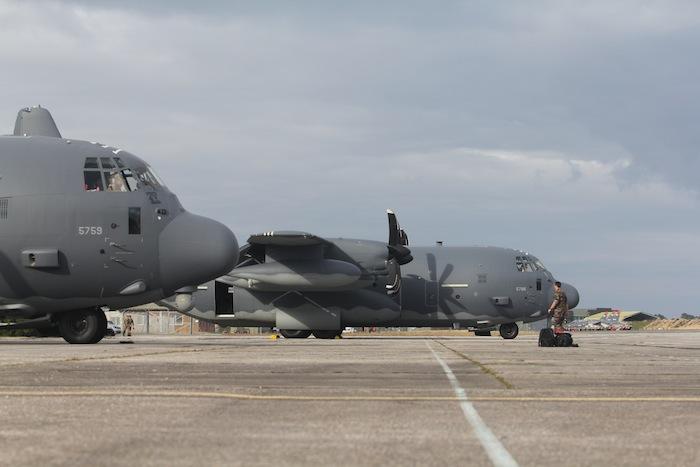 Les deux Hercules américains resteront au total une semaine sur la base cazaline. En arrière plan, les Alphajet de la 8ème escadre de chasse.