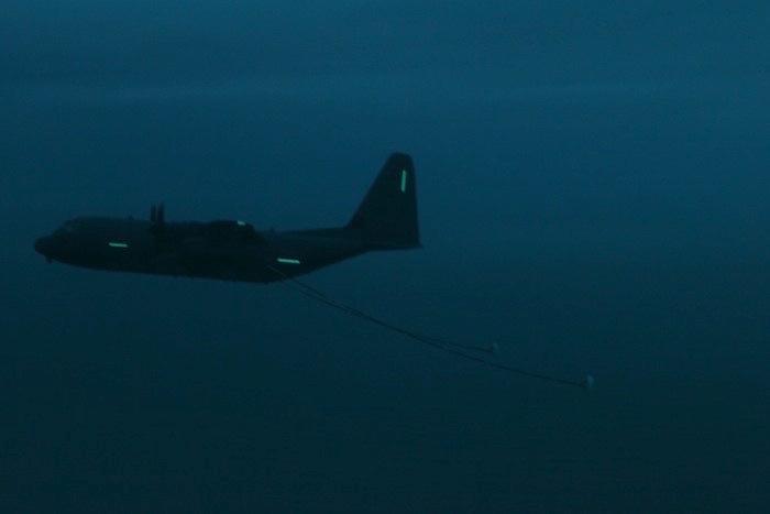 Vol crépusculaire : le Hercules est encore relativement visible à l'œil nu. Il ne le sera plus du tout quelques minutes plus tard, quand la nuit sera bien installée et l'éclairage des bandes électroluminescentes basculé sur infrarouge.