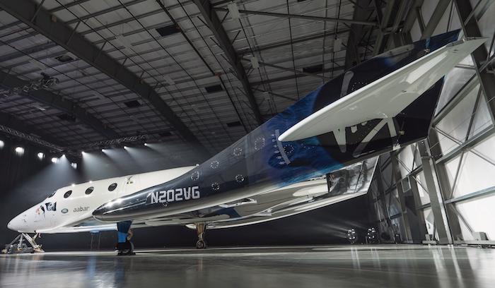 SpaceShipTwo (Virgin Galactic) a une envergure de près de 14 m et une longueur de 20 mètres. Il est entièrement construit en fibre de carbone.