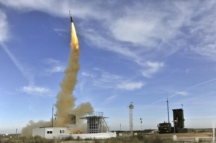 Tir d'essais d'un missile Aster 30 d'une baterie SAMP/T alias « Mamba » sur un site de la DGA. L'Aster 30 offre des capacités anti-aériennes au sens large, aussi bien contre les aéronefs que contre les missiles balistiques.