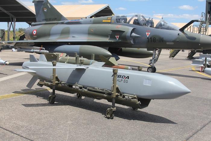 Un missile de croisière SCALP-EG devant un Mirage 2000D du CEAM. Les opérations actuelles en Irak et en Syrie on remis ce missile sur le devant de la scène.