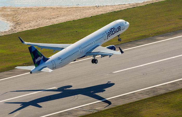 Premier envol de la piste de Mobile (Alabama) du premier A321 assemblé aux USA