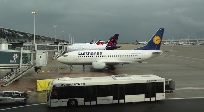 Le hall des départs de l'aéroport de Bruxelles ayant été fortement endommagé par les explosions, la remise en service de l'aéroport sera d'autant plus complexe.