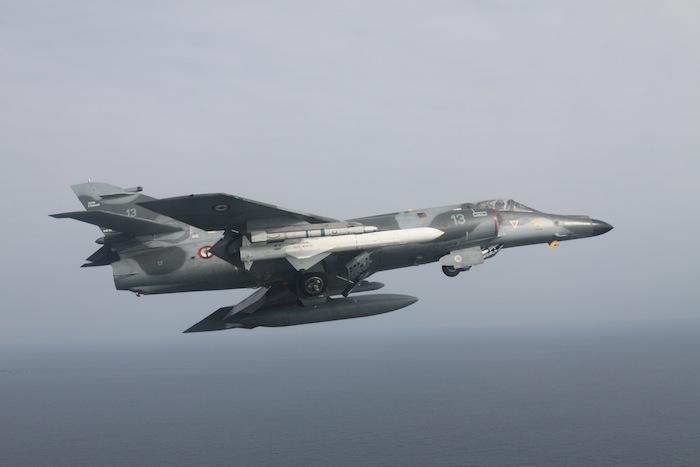 Le SEM, c'était un missile (l'Exocet), un train d'atterrissage costaud, une voilure généreuse et deux beaux aérofreins. Et tout à l'avant un pilote. Tout y est sur cette image…