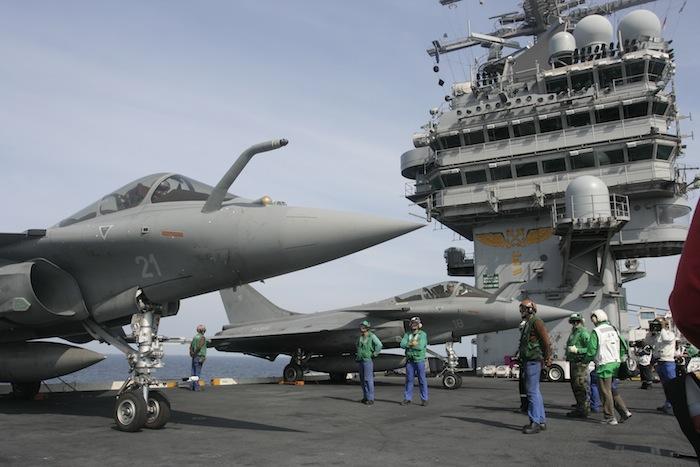 Des Rafale de la 12F sur le pont de l'USS Roosevelt en 2008, dans le cadre de l'exercice JTFEX. Une image que l'on retrouvera sans doute dans les années à venir, au gré des indisponibilités du Charles de Gaulle…