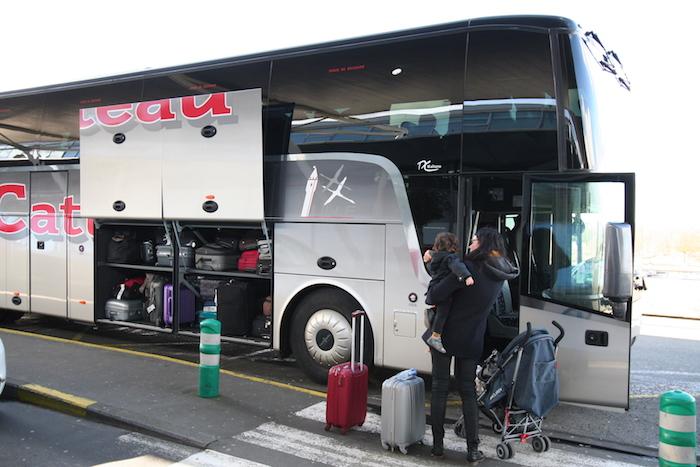 Les autocaristes de la région lilloise mobilisent véhicules et chauffeurs de 6h à 2h pour permettre aux passagers de connecter avec les gares de Lille ou bien de rejoindre directement la gare de Bruxelles Midi grâce au service mis gratuitement à disposition pour et avec les compagnies aériennes.