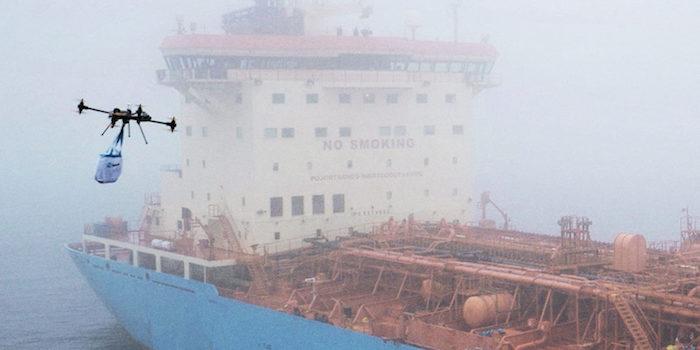 Le drone 4-8X Dual Atex de Xamen Technologies et l'un des 100 tankers de la flotte de Maersk