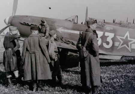 Yak 3 entouré de soldats soviétiques