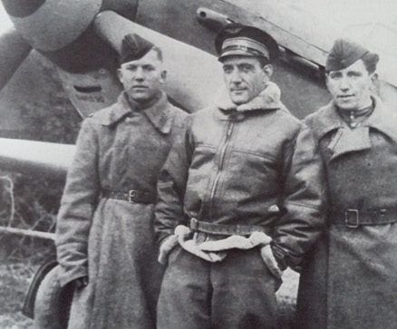 Le commandant Pouyade avec ses mécanos