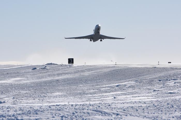 Le futur vaisseau amiral de la gamme Falcon au décollage de la piste de Ranken Inlet