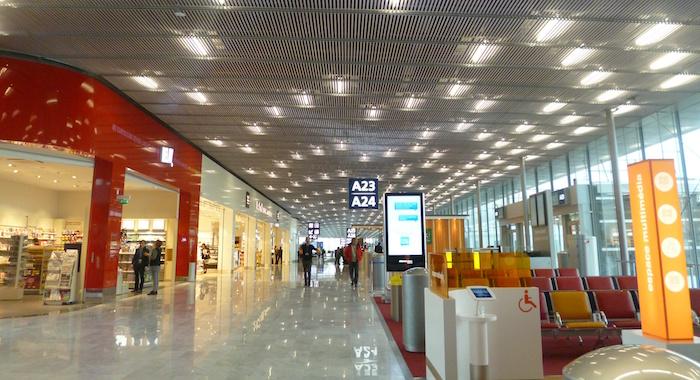 Construite dans la continuité du hall international (hall A), la nouvelle jetée d'Orly dispose d'une capacité d'accueil de 1,9 million de passagers par an.