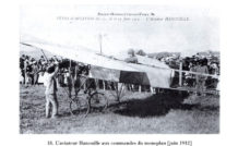 En Juin 1912, l'aviateur Hanouille se prépare pour une présentation de son Blériot XI monoplan sur le terrain des