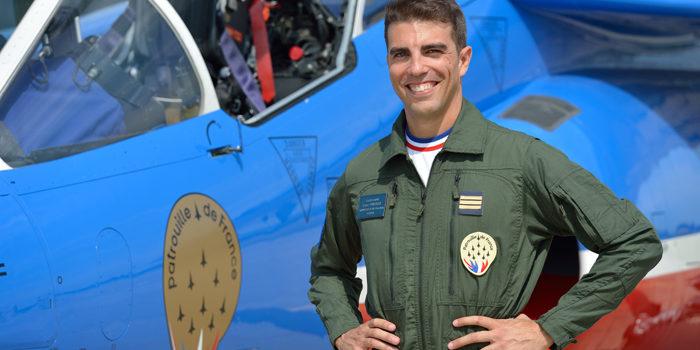 Ancien pilote de Rafale, le Capitaine Cyril Touzet (Arket) a rejoint la Patrouille de France en septembre 2015. Il occupe la place d'équipier intérieur Gauche (N°3) au sein de l'équipe 2016.