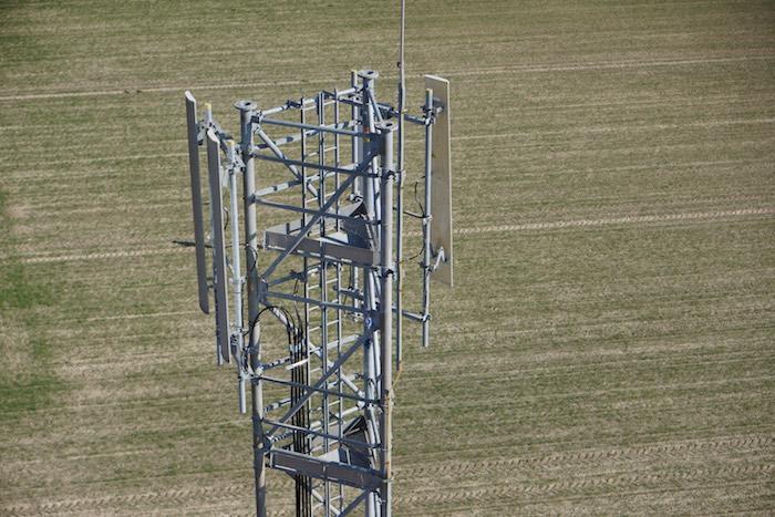 En France, Orange fait appel aux drones pour l'inspection des antennes d'accès terrestre difficile, voire impossible.
