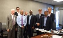 Marie-Joseph Malé, PDG d'Air Austral, Stéphane Sie, Directeur des programmes d'Air Austral, Joseph Brema, Directeur des Affaires économiques et financières d'Air Austral, Pierre Bosse, Directeur Général adjoint en charge de l'exploitation et des opérations techniques d'Air Austral, en présence des équipes de Boeing.
