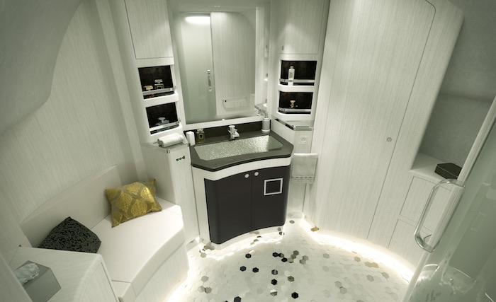 Le sol de salle de bain est réalisé avec des pièces de porcelaine de Limoges alvéolaires, blanches et effet miroir pour accentuer les jeux de lumière.