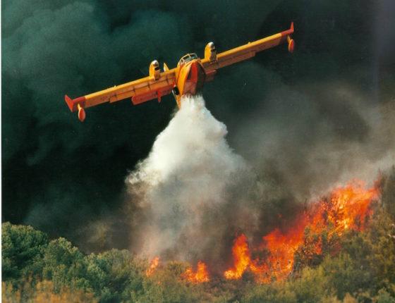 L'avion Bombardier 415 a été lancé en 1994, et s'est appuyé sur les succès obtenus par les versions antérieures, soit les appareils CL-215 et CL-215T, pour se positionner en tant que seul avion au monde construit spécifiquement pour la lutte contre les incendies.