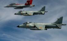 Des Sea Harrier en formation sur un Super Hornet de la Navy. La beauté des courbes n'otait rien à la difficulté de pilotage pendant les phases de transition… Les Indiens ont perdu environ la moitié de leurs appareils, une trentaine achetés au fil des ans, sur accident.