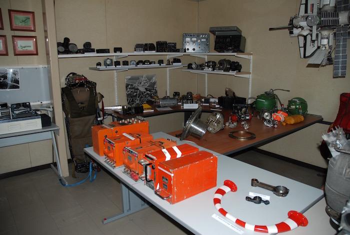 Divers matériels et instruments aéronautiques dont des enregistreurs de vol (boîtes noires)