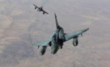 Une patrouille de Mirage 2000D dans son élément , au-dessus du Sahel. Les appareils emportent chacun deux GBU-12 de 250 kg et une nacelle de désignation laser.