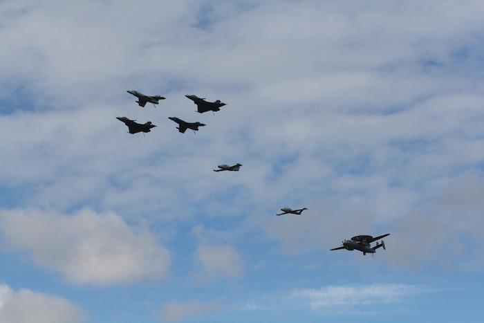 Passage d'un box de deux SEM et deux Rafale M, suivi d'un Morane Saulnier Paris, d'un Zéphyr et d'un Grumman Hawkeye. Un Crusader et un Etendard IV auraient été les bienvenus…