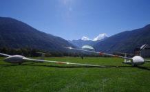 La piste en herbe de l'aérodrome de Luchon entouré par les Pyrénées