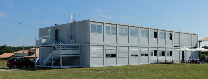 Le club house de 700 m2 destiné à servir de vestiaires / douches / salle de briefing / salle de réunion / dortoirs / atelier avion et moteur / cuisine et bar.