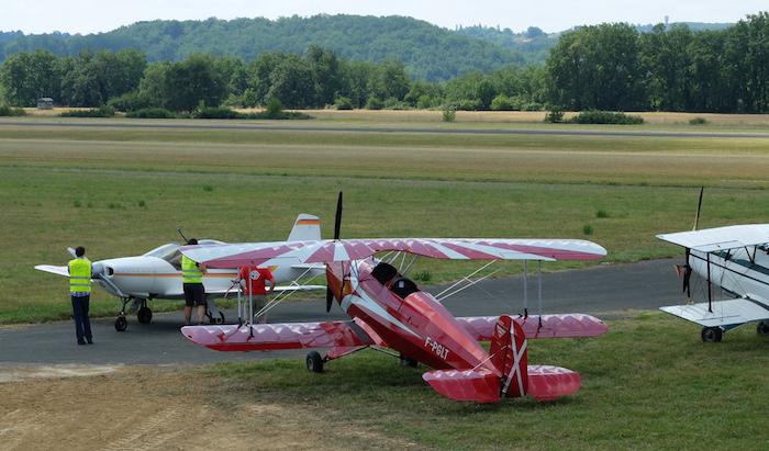 Alignement de 3 Jungmann visiteurs, saluant un Falco F8L, construit par André Bauby