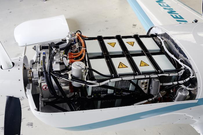 Le moteur électrique SP260D de 260 kW et ses batteries (300 kg) qui propulsent l'Extra 330LE de Siemens