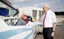 Walter Extra aux commandes de l'Extra 330LE et Frank Anton, directeur du département eAircraft de Siemens, lui-même voltigeur
