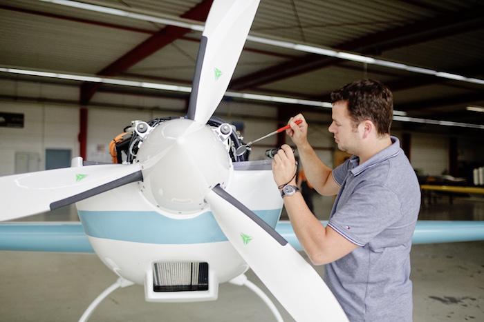 L'Extra 330LE est équipé d'un moteur électrique pesant 50 kg et d'une hélice tripale MT-Propeller