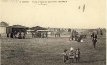 Le champ d'aviation et juste à coté, la plage et les pistes. © Rue - Musée des Frères Caudron.