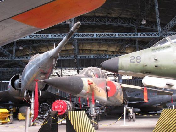 Le Mirage F1BQ du CAEA, entre Mirage IV et le A-4 SU Super Skyhawk singapourien.