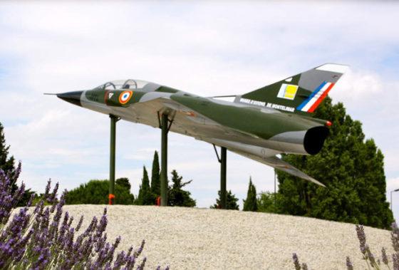 Le Mirage III, récemment posé sur le rond-point de Villepré à l'entrée de Montélimar donne la direction du site... Suivez le cap !