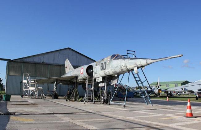 Les appareils exposés à l'extérieur demandent en permanence des soins de préservation. Si ce Mirage IV fait l'objet d'un rafraîchissement esthétique, d'autres appareils, dont le sort n'est guère plus envieux devront attendre encore un peu.