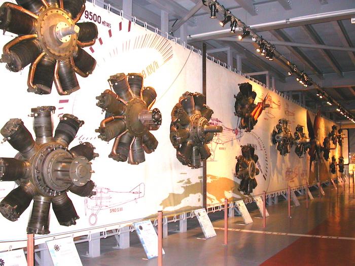 Plus d'une centaine de moteurs sont exposés chronologiquement dans le Musée Safran.