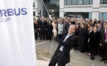 Tom Enders, PDG d'Airbus Group, hisse les couleurs du groupe lors de l'inauguration du nouveau siège social, transféré de Paris à Toulouse, en janvier 2014. © Airbus Group