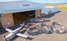 Photo-souvenir avec l'ensemble des personnels de Daher liés au TBM, à l'occasion de la sortie du 800ème TBM. © Daher