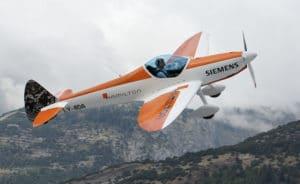 420 kg au décollage. +6 / -4G. 30 minutes d'autonomie en voltige. La version électrique du Twister ouvre de nouvelle perspective à la voltige ultralégère. © Michael Portmann